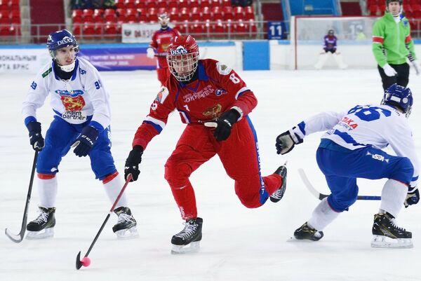 Игрок сборной Финляндии Туомас Мяятя, игрок сборной России Максим Ишкельдин (слева направо)