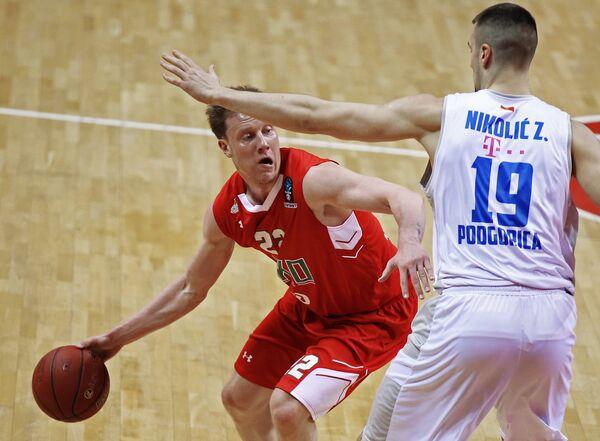 Защитник БК Локомотив-Кубань Дмитрий Кулагин (слева) и центровой БК Будучность Зоран Николич