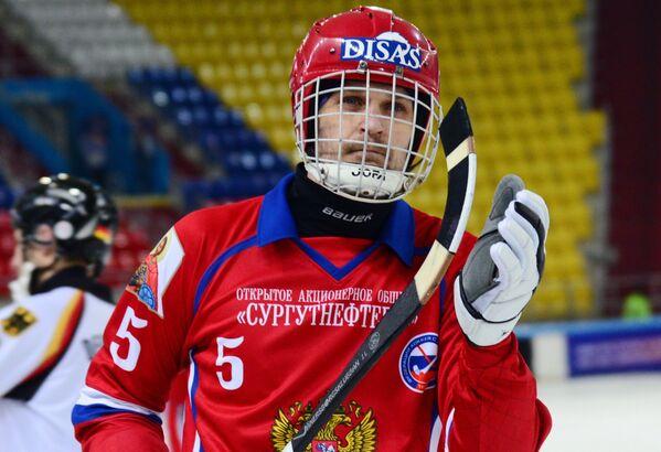Игрок сборной России по хоккею с мячом Артём Бондаренко