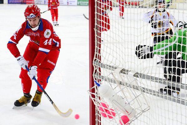 Игрок сборной России по хоккею с мячом Вадим Архипкин