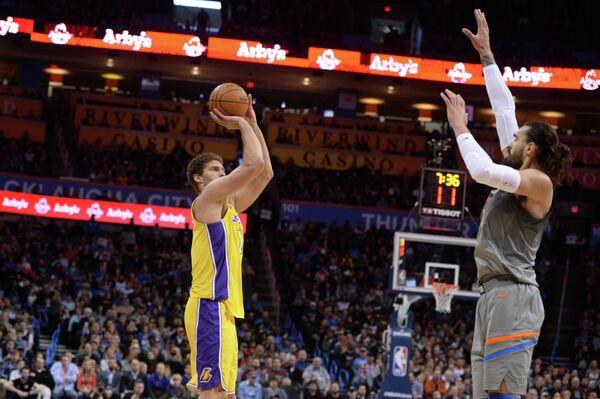 Центровой клуба НБА Лос-Анджелес Лейкерс Брук Лопес (с мячом)