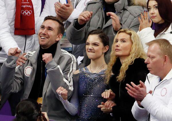 Евгения Медведева (в центре)