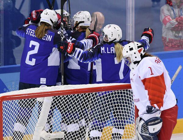 Хоккеистки сборной США радуются заброшенной шайбе