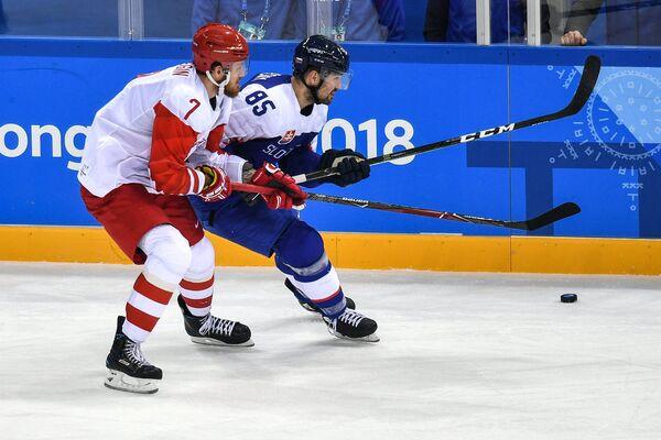 Российский хоккеист Иван Телегин (слева) и форвард сборной Словакии Петер Олвецкий