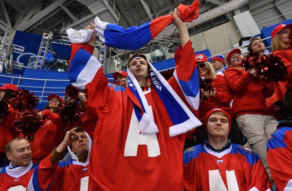 Российские болельщики на матче Россия - Финляндия по хоккею среди женщин