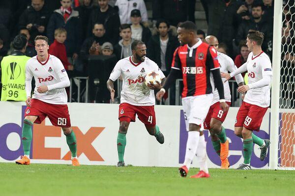 Хавбек Локомотива Мануэл Фернандеш (в центре) радуется забитому мячу в ворота Ниццы