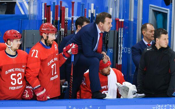 Главный тренер российских хоккеистов Олег Знарок (в центре)