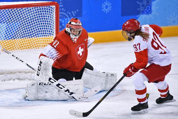 Российская хоккеистка Анна Шохина (справа) и вратарь сборной Швейцарии Флоранс Шеллинг