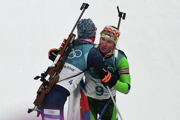 Анастасия Кузьмина и Дарья Домрачева (слева направо)