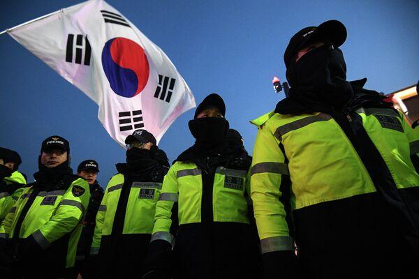 Полицейские обеспечивают безопасность у Олимпийского стадиона в Пхенчхане