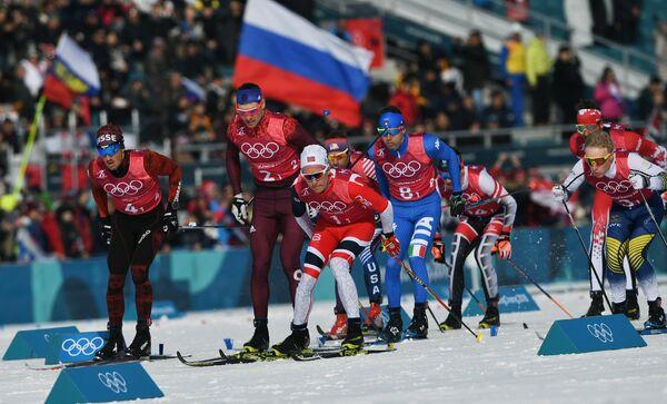 Лыжники на дистанции эстафетной гонки 4х10 км на ОИ-2018. Второй слева - россиянин Андрей Ларьков