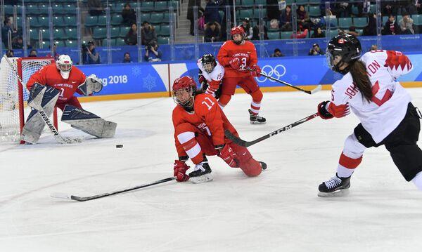 Голкипер сборной России Валерия Тараканова, хоккеистка Лиана Ганеева и канадская хоккеистка Ребекка Джонстон (слева направо)