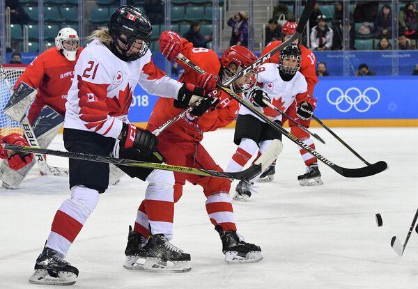Хоккеистка сборной Канады Халей Ирвин и российская хоккеистка Елена Дергачева (слева направо)