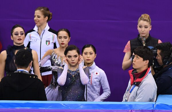 Кэйтлин Осмонд, Каролина Костнер, Алина Загитова, Евгения Медведева, Сатоко Мияхара и Мария Сотскова (слева направо)