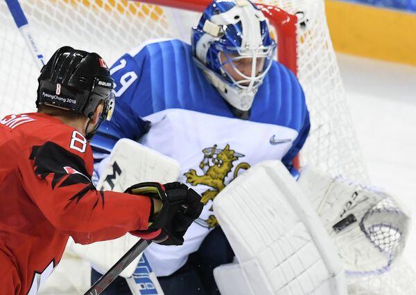 Форвард сборной Канады Войтек Вольски (слева) и голкипер сборной Финляндии Микко Коскинен