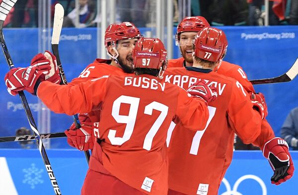 Российские хоккеисты радуются заброшенной шайбе