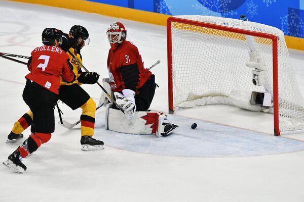 Хоккеист сборной Канады Карл Столлери, немецкий хоккеист Ясин Эхлиз и голкипер сборной Канады Кевин Пулен (слева направо)