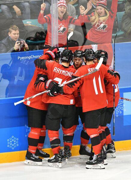 Хоккеисты сборной Канады и болельщики радуются заброшенной шайбе