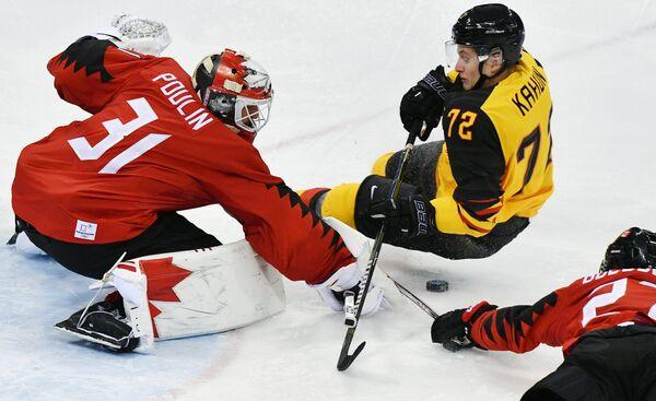 Канадский хоккеист Кевин Пулен, немецкий хоккеист Доминик Кахун и хоккеист сборной Канады Коди Голаубеф (cлева направо)