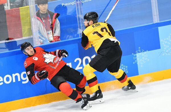 Хоккеист сборной Канады Брэндон Козун и немецкий хоккеист Маркус Кинк (слева направо)