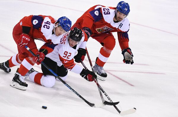 Нападающие сборной Чехии Петр Коукал, сборной Канады Кристиан Томас и защитник сборной Чехии Ян Коларж (слева направо)