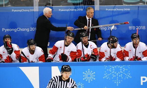 Тренеры сборной Канады Дэйв Кинг и Уилли Дежарден (слева направо на втором плане) и хоккеисты команды