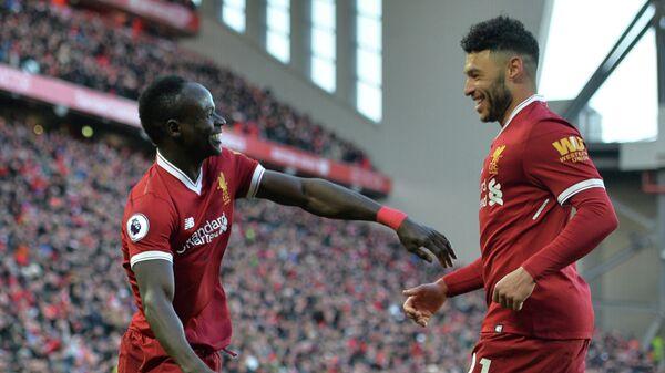 Игроки английского Ливерпуля Садьо Мане и Алекс Окслейд-Чемберлен (слева направо)
