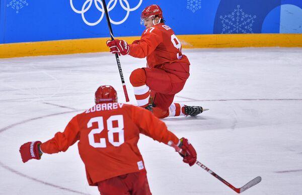 Защитник сборной России Андрей Зубарев и нападающий Никита Гусев