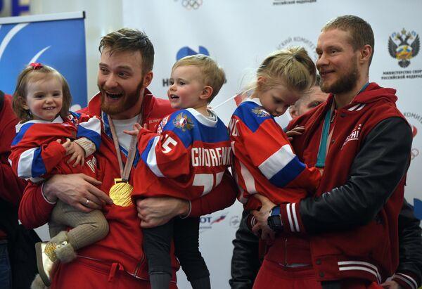 Хоккеисты Михаил Григоренко (слева) и Сергей Андронов с детьми