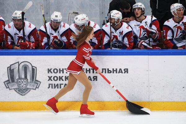 Подготовка льда во время матча регулярного чемпионата Континентальной хоккейной лиги между ХК Спартак (Москва) и ХК Локомотив (Ярославль)