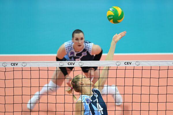 Игроки ЖВК Динамо-Казань Марина Марюхнич и Ирина Воронкова (справа налево)
