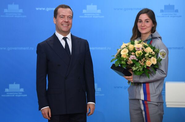 Дмитрий Медведев и бронзовый призер по лыжным гонкам Юлия Белорукова (справа)