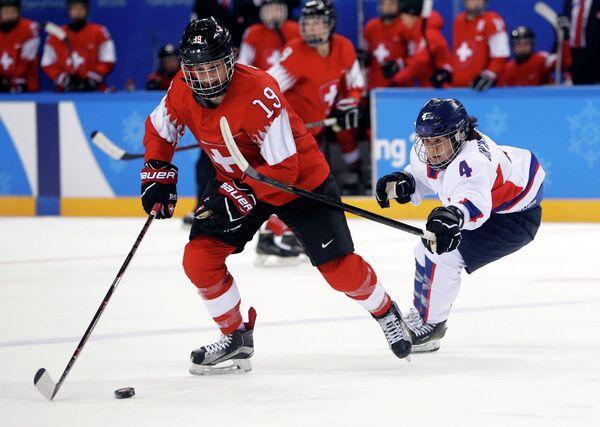 Северокорейская хоккеистка Ким Ун Хян (справа)