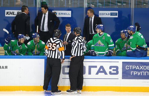 Главный тренер ХК Салават Юлаев Эркка Вестерлунд (в центре)