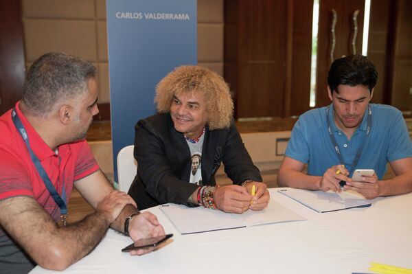 Экс-футболист сборной Колумбии Карлос Вальдеррама (по центру)