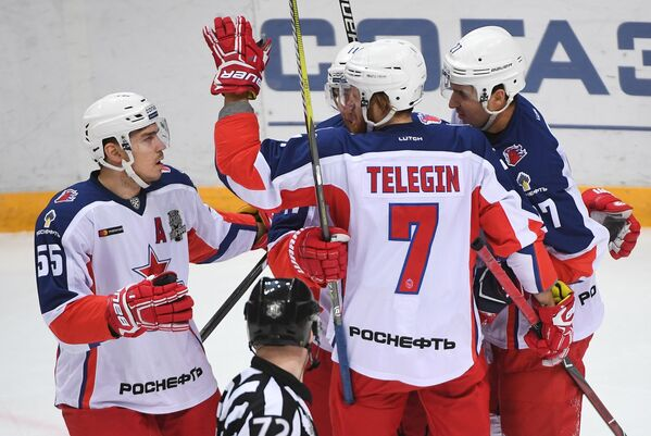 Хоккеисты ЦСКА Богдан Киселевич, Иван Телегин и Кирилл Петров (слева направо)