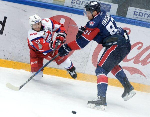 Нападающие ХК Локомотив Брэндон Козун (слева) и ХК Торпедо Евгений Грачёв