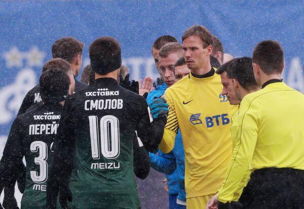 Форвард ФК Краснодар Фёдор Смолов (слева) и вратарь Динамо Антон Шунин