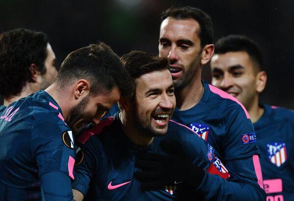 Футболисты Атлетико радуются забитому голу