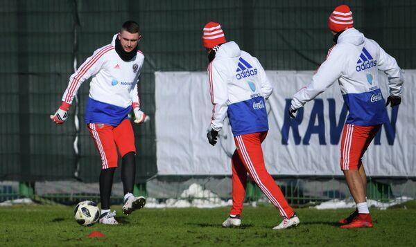 Вратарь сборной России Александр Селихов (слева)