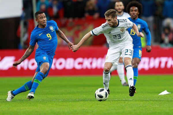 Форвард сборной Бразилии Габриэл Жезус (слева) и защитник сборной России Дмитрий Комбаров