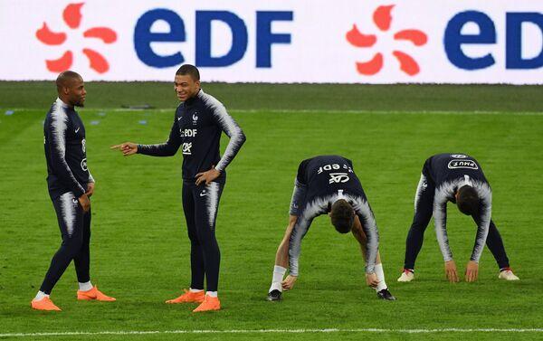 Защитник сборной Франции по футболу Джибриль Сидибе и форвард Килиан Мбаппе (первый и второй слева)