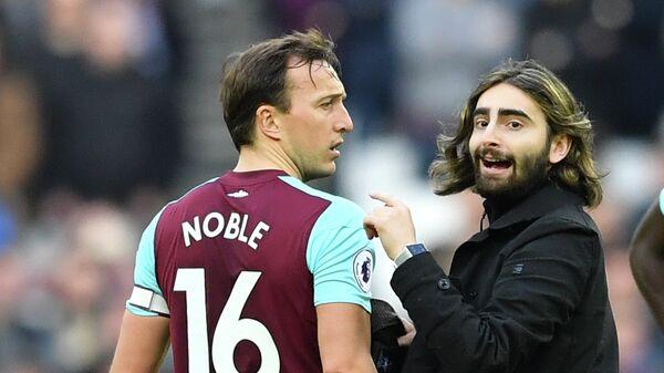 Полузащитник лондонского футбольного клуба Вест Хэм Юнайтед Марк Нобл (слева)