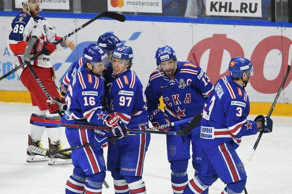 Хоккеисты СКА радуются заброшенной шайбе Павла Дацюка (второй справа)