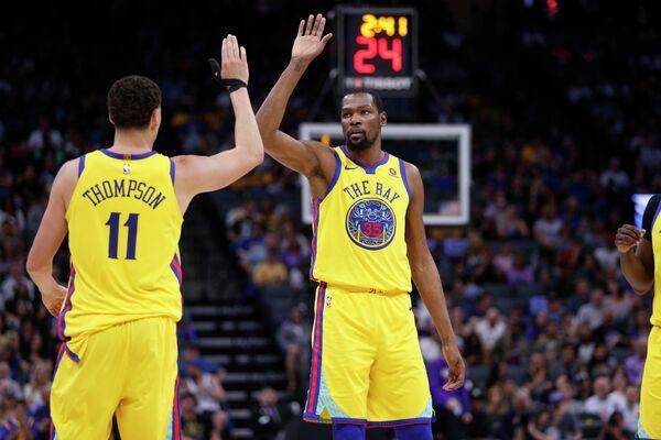 Баскетболисты Голден Стэйт Уорриорз Кевин Дюрэнт (справа) и Клэй Томпсон
