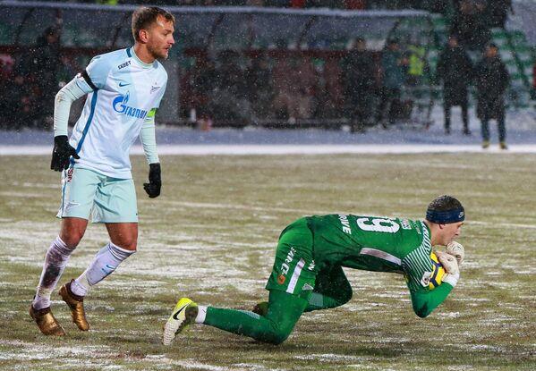 Вратарь ФК Зенит Андрей Лунёв (справа)