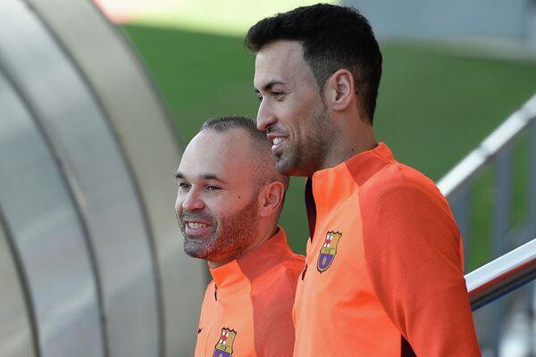 Футболисты Барселоны Андреас Иньеста и Серхио Бускетс (справа)
