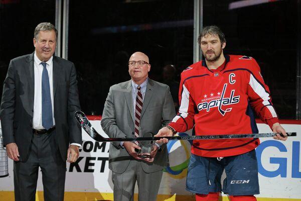 Нападающий клуба НХЛ Вашингтон Кэпиталз Александр Овечкин (справа)