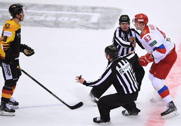 Защитник сборной Германии Фабио Вагнер и нападающий олимпийской сборной России Павел Красковский (слева направо)