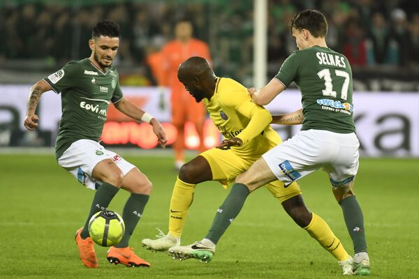 Игровой момент матча чемпионата Франции Сент-Этьен - ПСЖ